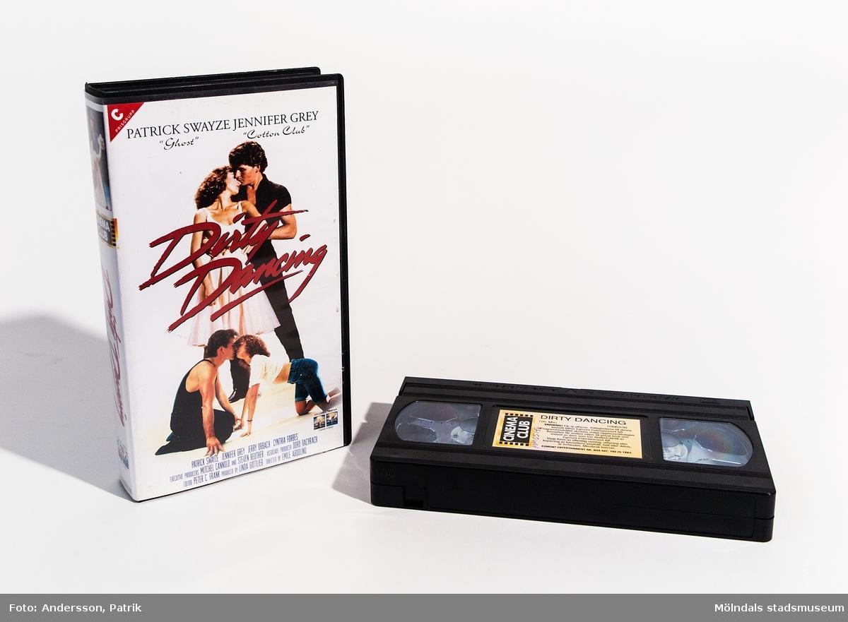 """Videokassettfilmen """"Dirty Dancing"""" med svart plastomslag. En färgfilm på 1 tim och 45 minuter, tillåten från 7 år på bio. Mycket populär dansfilm med skådespelarna Patrick Swayze och Jennifer Grey. Distributör: Egmont Entertainment AB, art.nr: 1006330"""