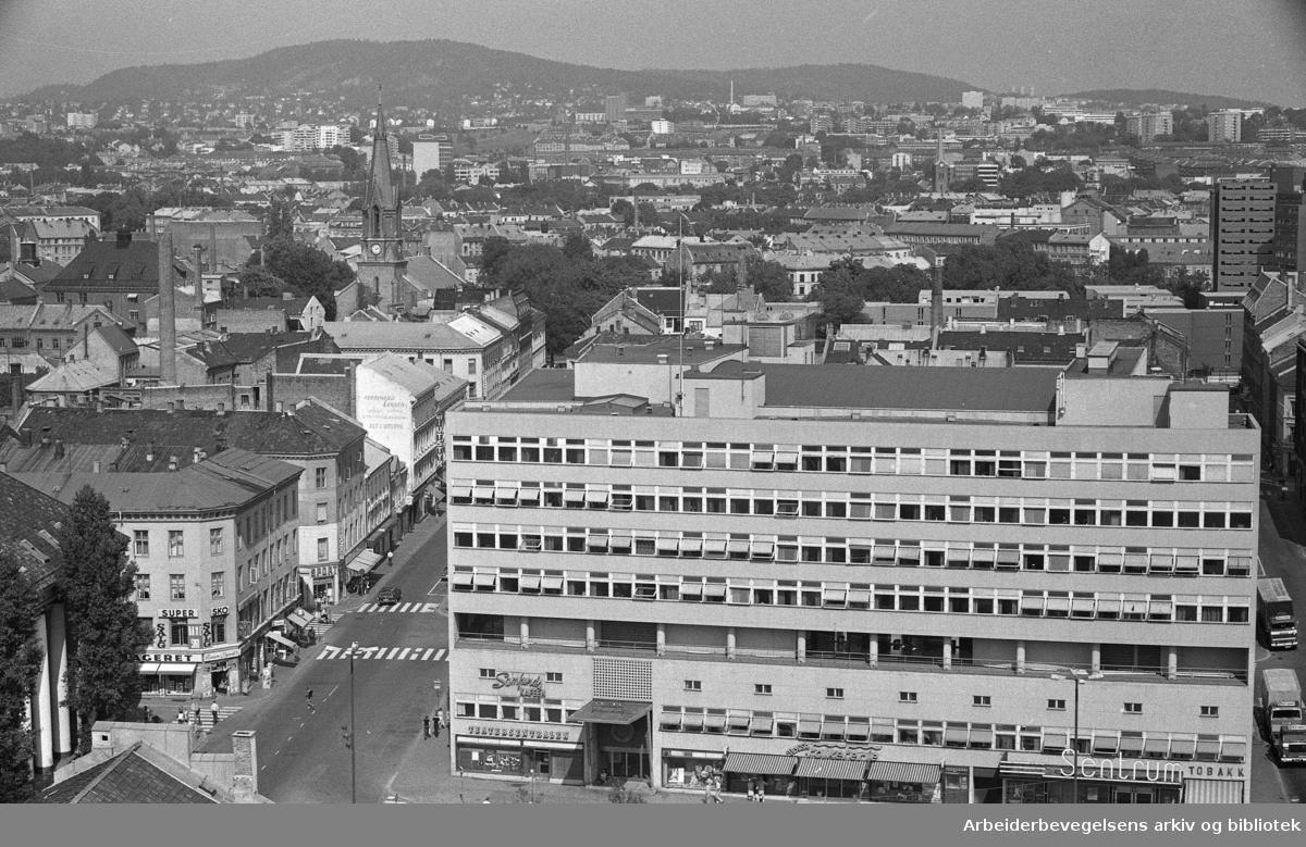 Utsikt over Oslo, sett fra restaurant Stratos, på toppen av Folketeaterbygningen..Torggata, Arbeidersamfundet. I Bakgrunnen skimtes Jakobs kirke og Grünerløkka..1975.