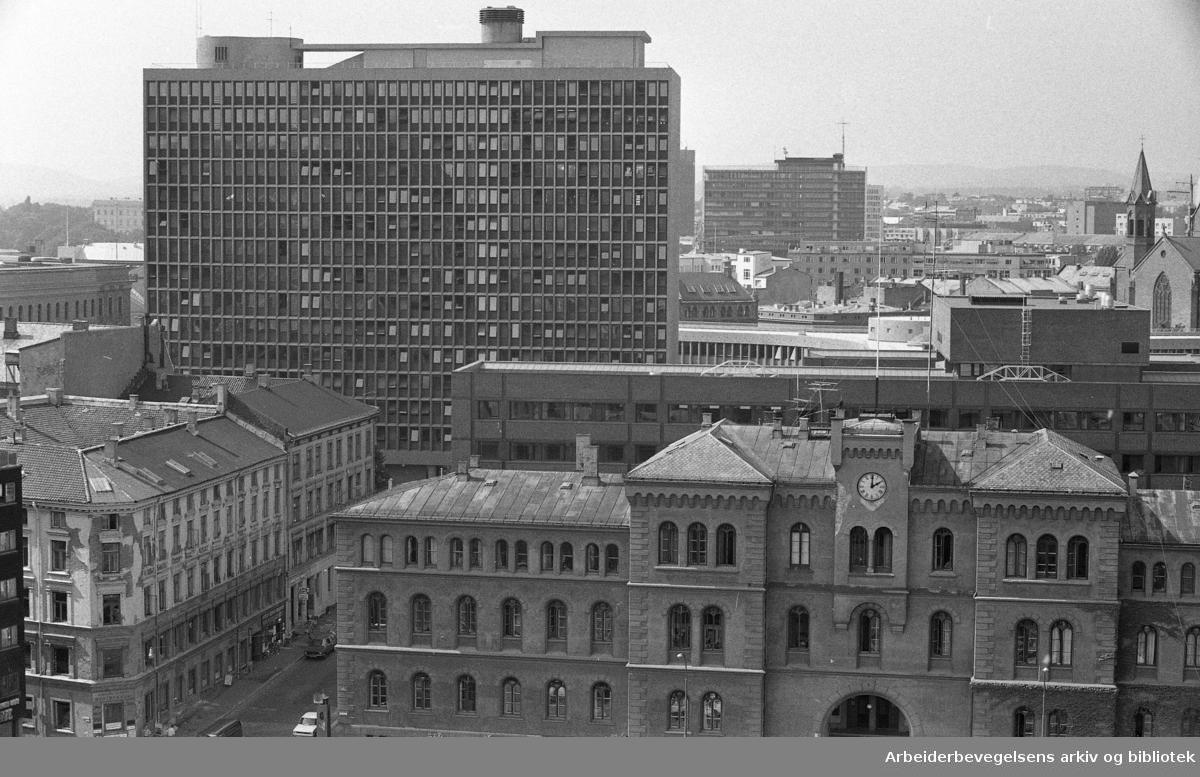 Utsikt over Oslo, sett fra restaurant Stratos, på toppen av Folketeaterbygningen..Regjeringskvartalet og Møllergata 19..Udatert.