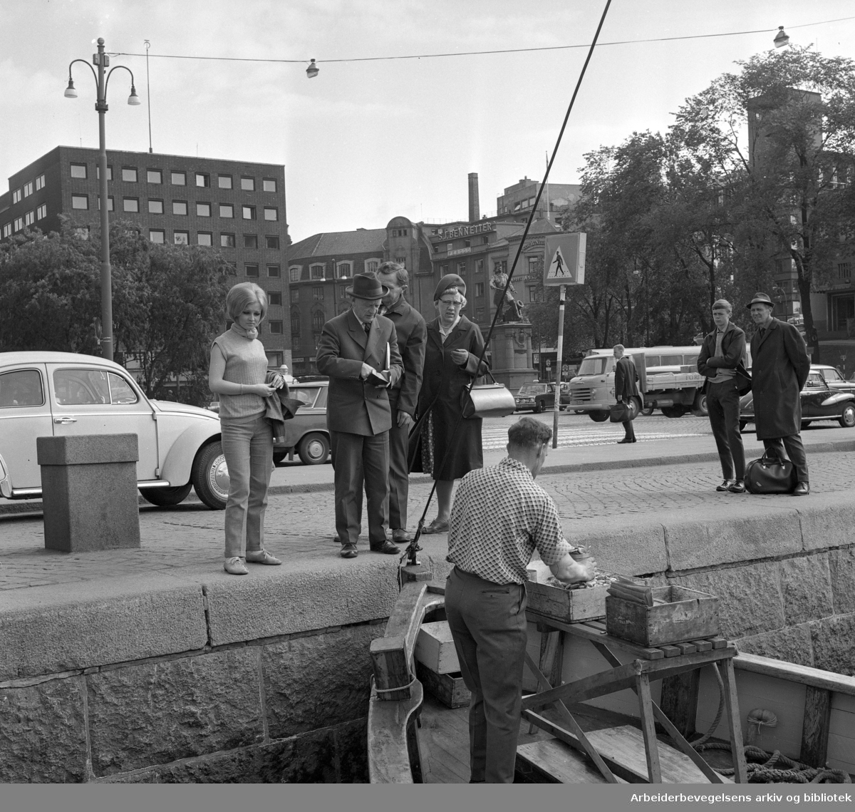 Honnørbrygga. Salg av ferske reker fra fiskebåt. .Ca. 1968.