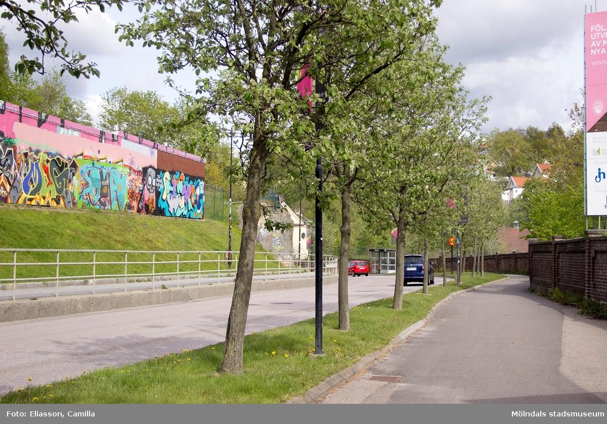 Kvarnbygatan var tidigare Mölndals paradgata. Den var smal men på 1970- och 80-talet revs bebyggelsen på vänstra sidan för att bredda gatan. På baksidan av Silverskattens garage, tillåts graffiti-målningar, vilka ständigt varierar i färg och form. På höger sida ser man fortfarande tegelmuren som står kvar, vilken avgränsar mot Papyrusområdet.  Området kommer de närmaste åren att utvecklas till en ny stadsdel i Mölndal under namnet Forsåker.