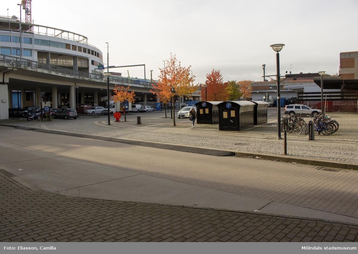 Från busshållplatsen i Mölndalsbro ser man, till vänster, nybyggnationen av SCAs vita, runda kontorsbyggnad samt vägbron Mölndals Bro som går över E6/E20. Till höger ser man delar av Mölndals Centrum. 2015 rivs området på nytt för att ge plats åt ny centrumbebyggelse. En del av kvarteret Broslätt försvann när vägbron byggdes. Göteborgsvägen-Kungsbackavägen var förr E6. Nu har den intensiva trafiken flyttat ut på motorvägen (färdig 1979) och Göteborgsvägen har blivit hållplats för bussar och spårvagnar.