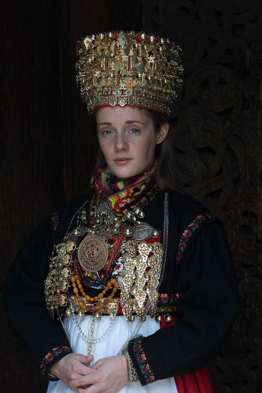 Brud med folkedrakt og krone