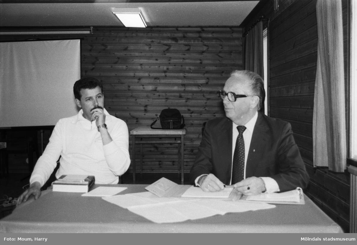 """Folkpartiets avdelning i Lindome har vårträff i Lindome, år 1984. """"Polis Ola Candefors och Arvid Annerås stod för underhållningen.""""  För mer information om bilden se under tilläggsinformation."""