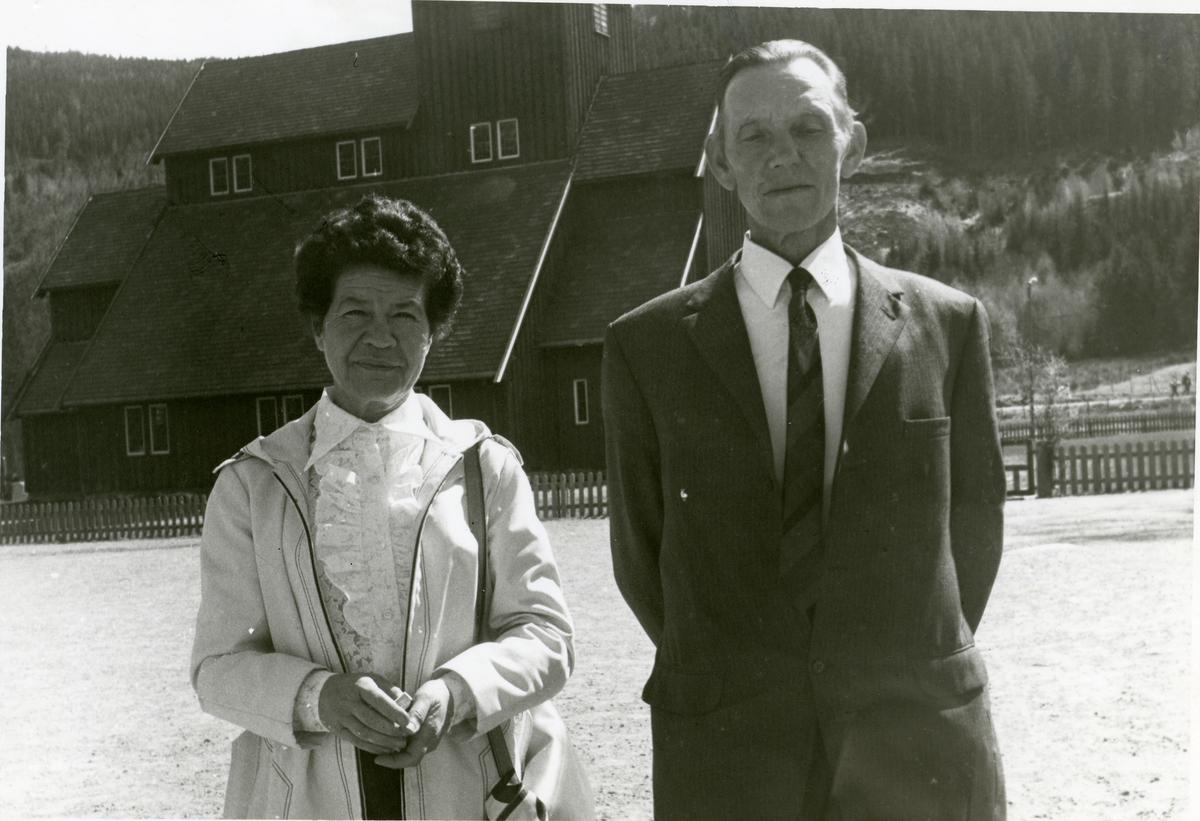 En kvinne og en mann står foran en Begnadalen kirke.