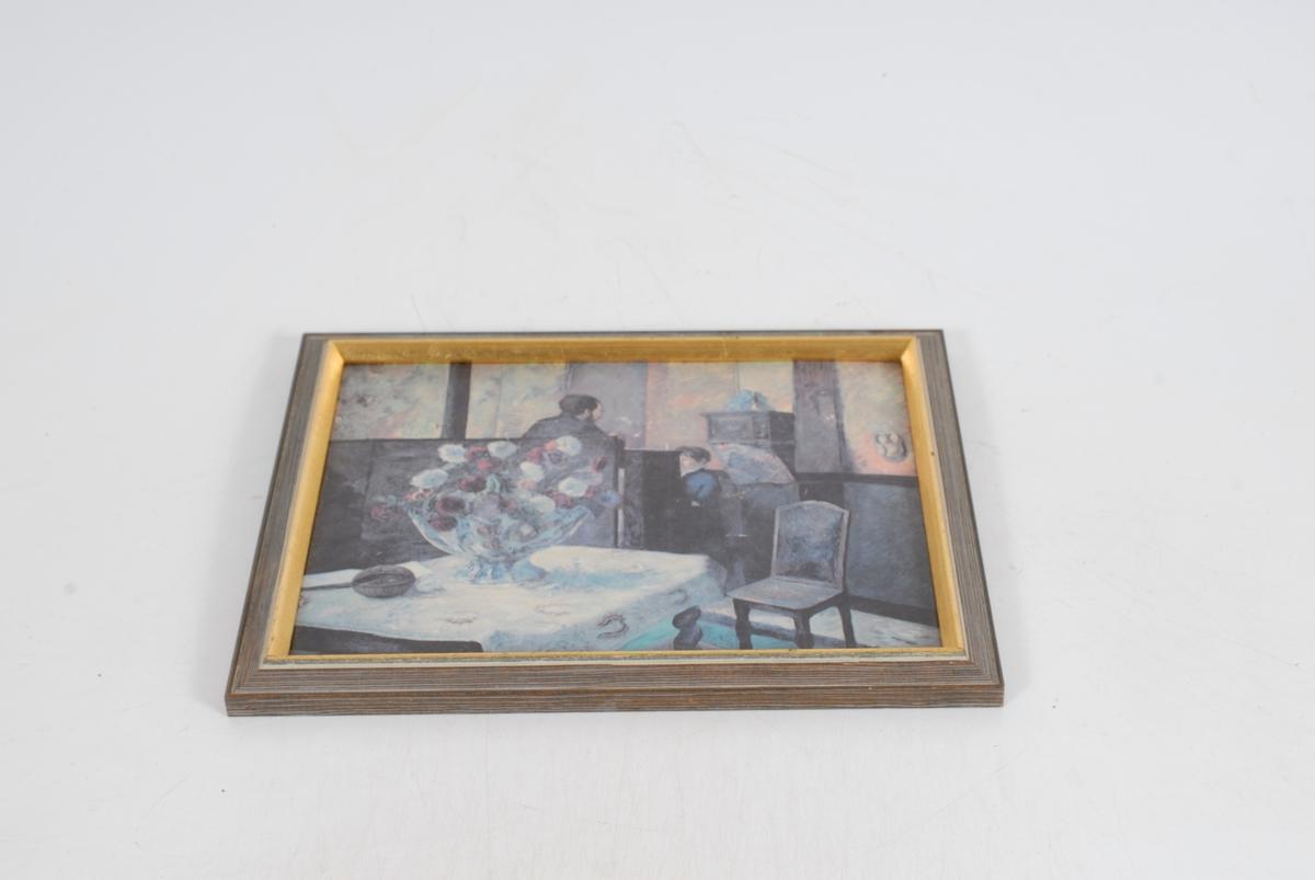rom, muligens i en kirke. med en mann og en gutt, stor blomsterbukett på et bord i forgrunnen. Tresko på veggen