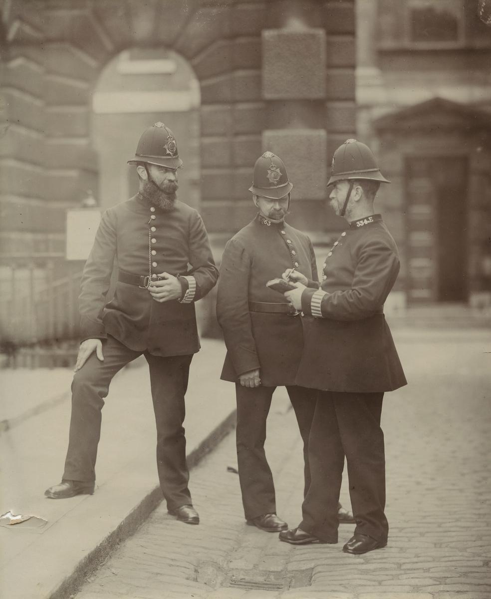 Tre politimenn på gaten i London.