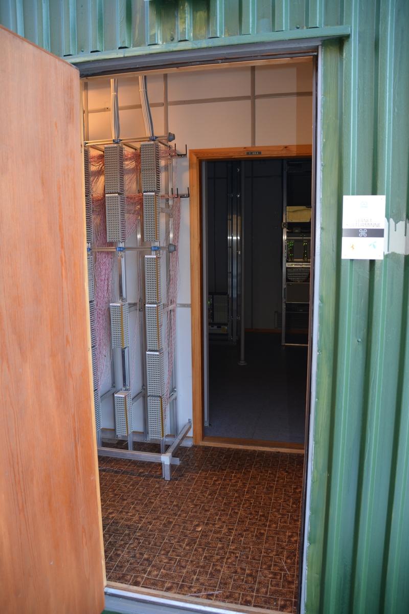 """Finnås sentral i Bømlo representerer en typisk """"containersentral"""" i stål. Den ble bygget for en ARK-521 sentral, som nå er byttet ut med en AXE-RSS for 400 nummer. Sentralens nærmeste nabo er Norges eldste telegrafhus, Kulleseid telegrafstasjon. De to bygningenen ligger bare få meter fra hverandre. l"""