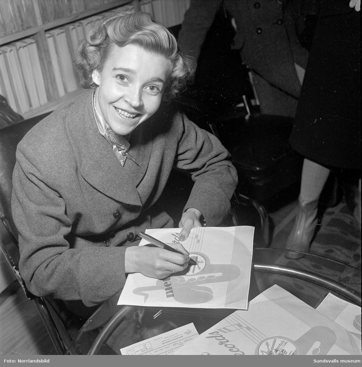 Sångerskan Alice Babs signerar skivor på Luxor radio i Sundsvall.