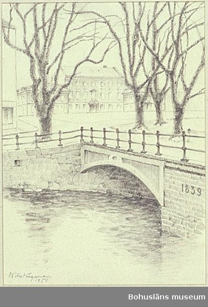 Träbron över Bäveån i Uddevalla byggd 1839 samt Kungstorget och Rådhuset i bakgrunden.