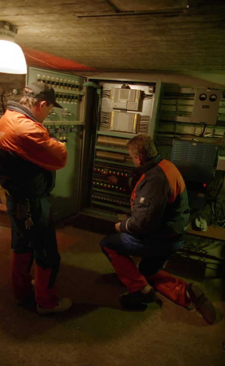 Ölandsbron. Kontroll av fyrljus inne i högbrodelen under körbanan, utförd av Kalmar Energi.