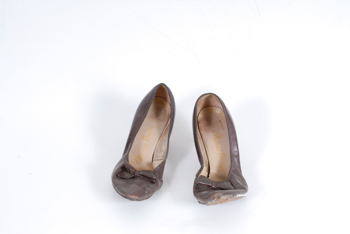 Form: Spisse m/stiletthæl og sløyfe foran.