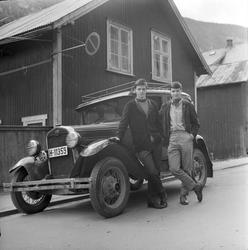 To unge gutter foran bil