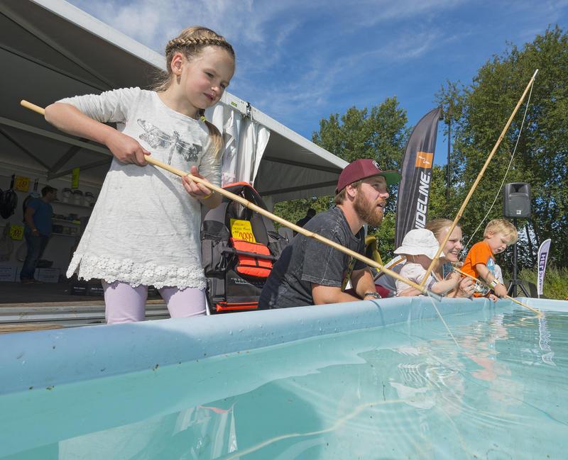 Barn i aktivitet ved kastedammen på De Nordiske Jakt- og fiskedager. (Foto/Photo)
