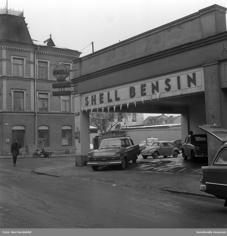 Shell bensinstation i hörnet av Nybrogatan, Köpmangatan.