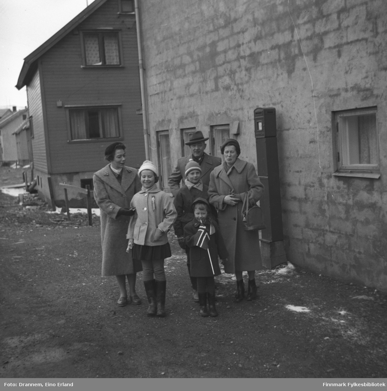 Tre voksne og tre barn klar for 17. mai-feiring i Hammerfest. Helt til venstre står Jenny Drannem og ved siden av henne står Turid Karikoski. De andre er familien Sørensen, fornavn ukjent.