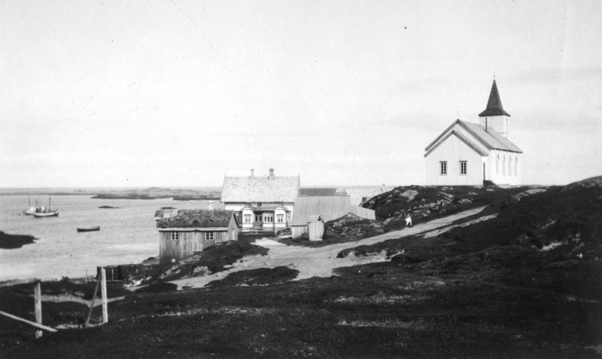 'Fra Ingøy - Norges ytterste skjær mot nord.' Vi ser kapellet på Ingøy, og et bolighus med sjøbod. Ute på sjøen ligger et par båter.
