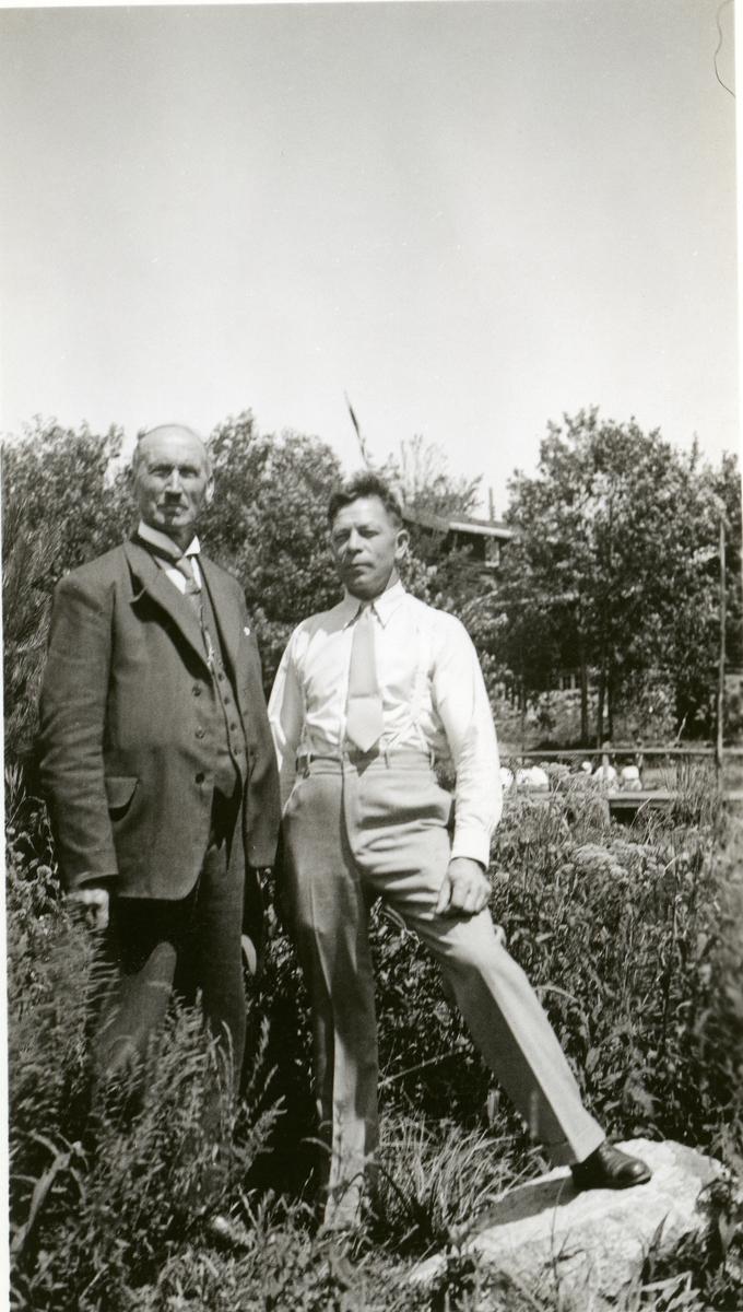 Olaus Islandsmoen sammen med en ukjent mann. De står ute i en park eller lignende. Bildet er tatt i Amerika i 1934