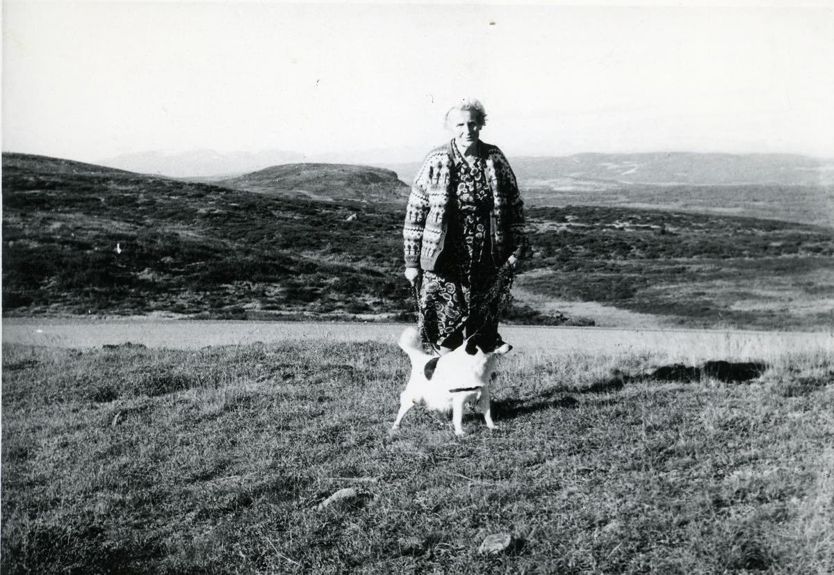 """Marie Brager fotografert foran innganspartiet ved """"gamlestua """" , Braka. Sør-Aurdal i Valdres."""