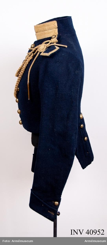 Grupp C I. Ur uniform för manskap vid Åkande artilleriet. Består av jacka, byxor, tschakå med plym, stövlar, sporrar, skärp, ägiljett, halsduk, kartusch med rem, sabelkoppel, sabelhandrem, luntstake med lunta. Med Svea artilleriregementes färg på kragen.