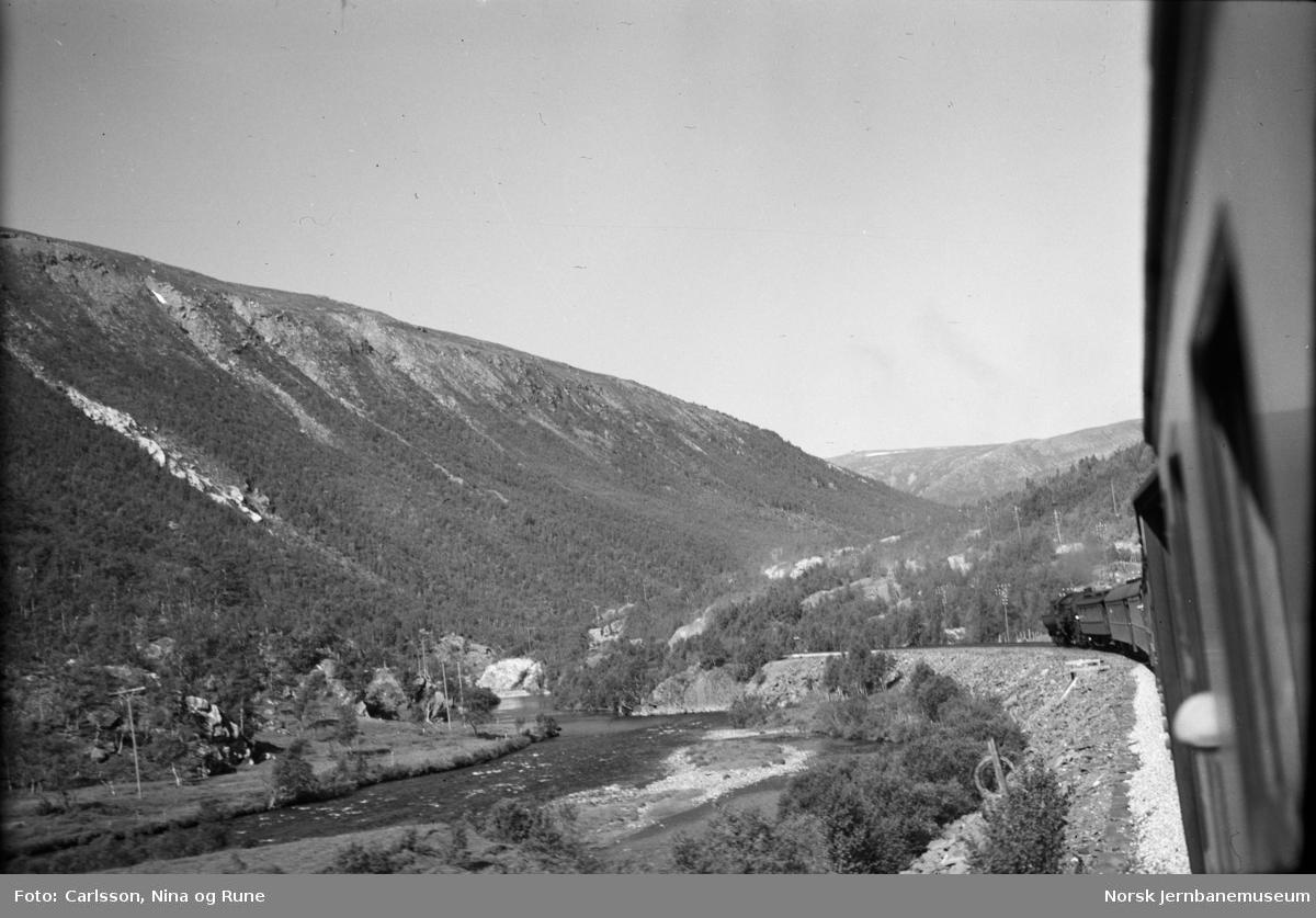 Persontog med hjelpelokomotiv (damplok type 63) bak i toget på vei sørover Drivdalen