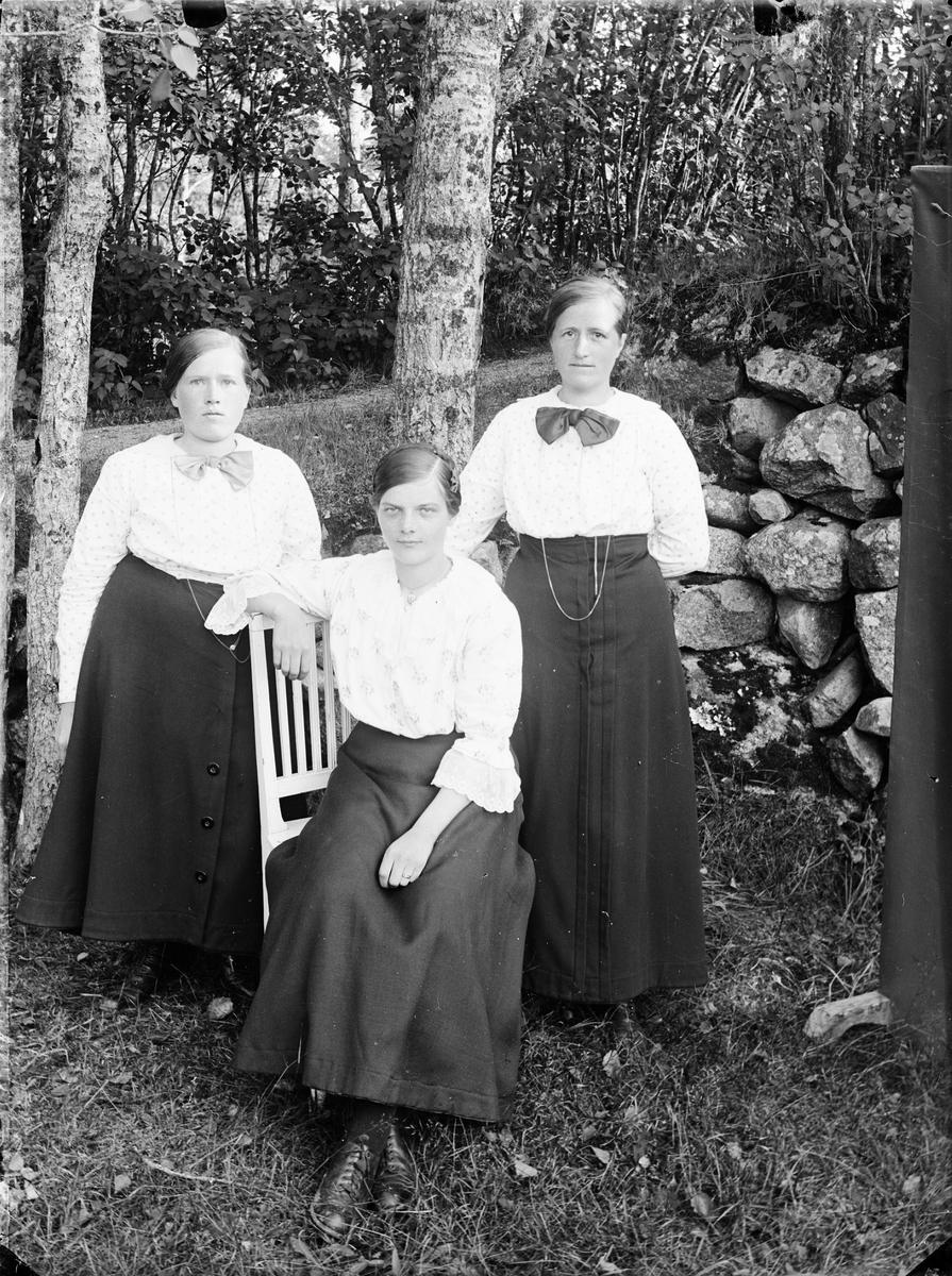 Kvinnor i trädgård, Alunda, Uppland