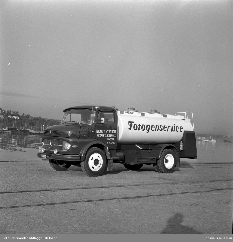 Ny Mercedes 328 tankbil med texten Fotogenservice levererad av Philipssons bilfirma till Bengt Nyström Åkeri & Tankservice. Fotot taget i hamnen.