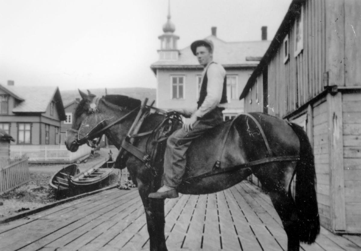 'Bjarne Strige til hest på Martenskaia i Kiberg. Eier: Lilly Strige.'