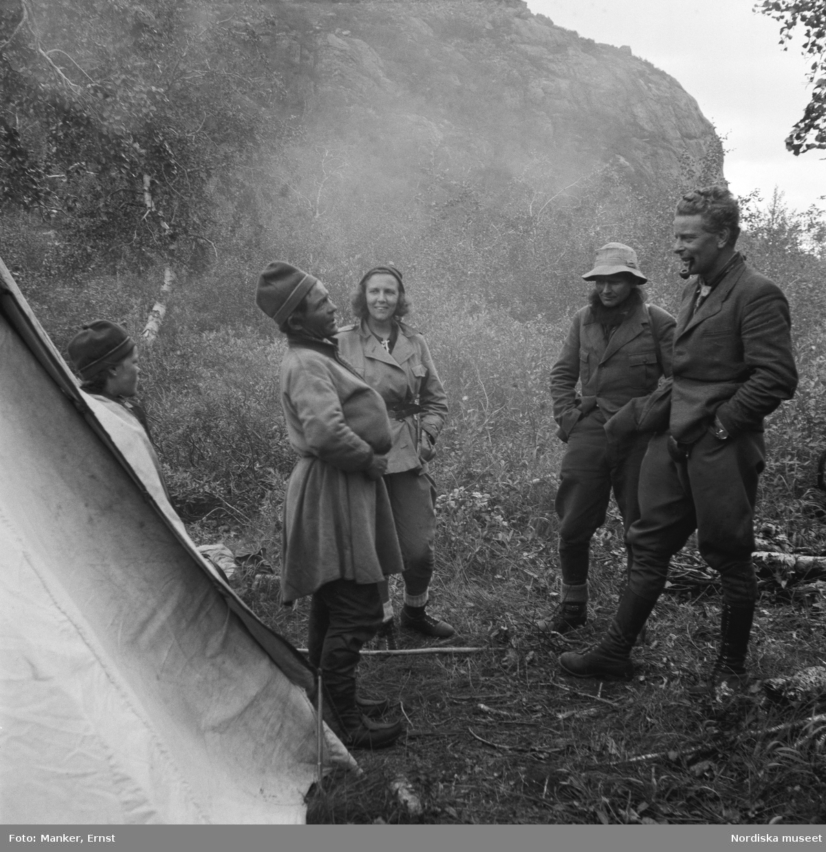 Ett sammanträffande vid Kuoljoks kåta vid övre ändan av Sitojaure. Matto (Mattias) Kuoljok, fru Lill Manker, konstnären Runo Johansson och filmaren Stig Wesslén.