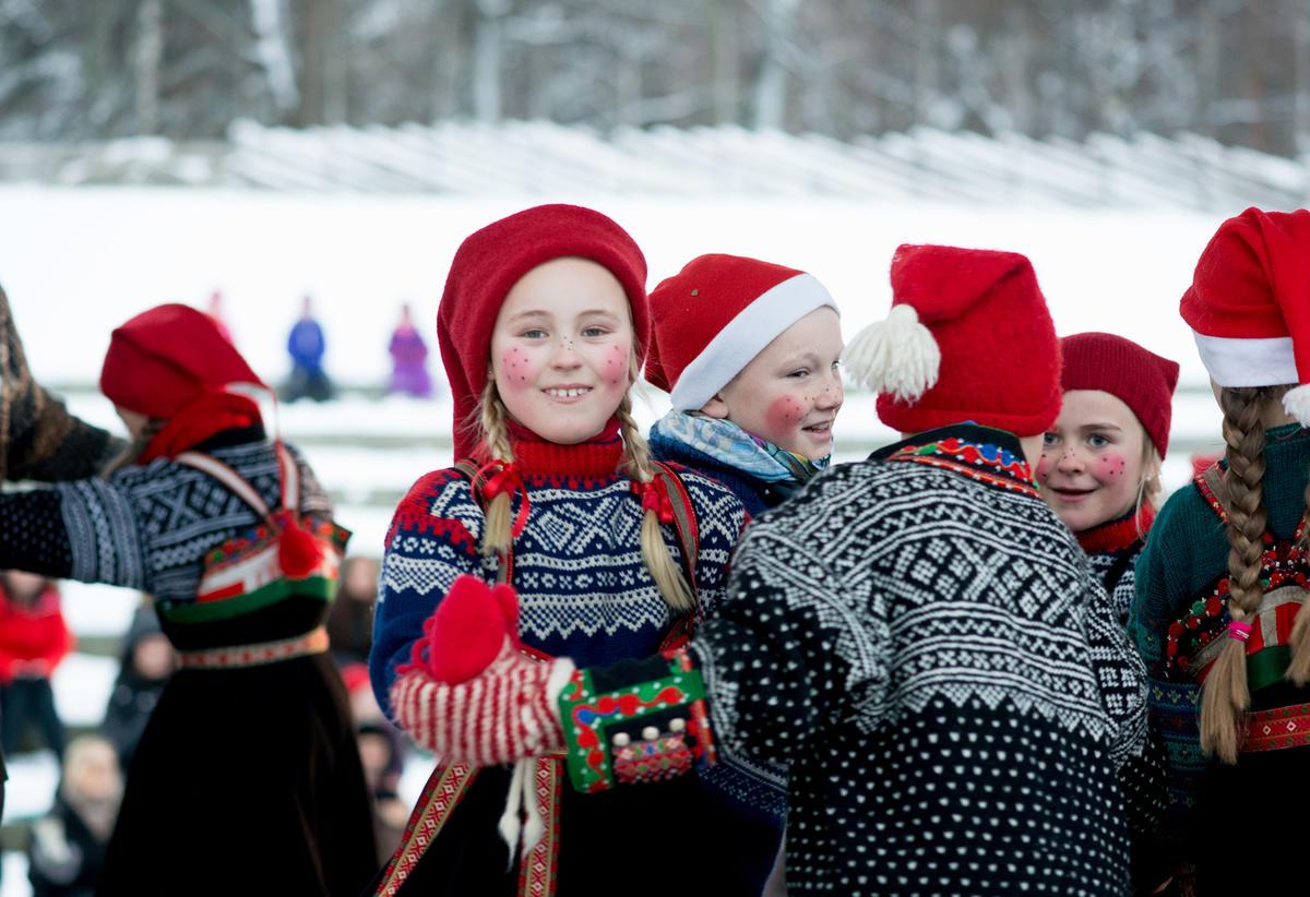 Norsk Folkemuseums Dansegruppe på julemarkedet på Norsk Folkemuseum