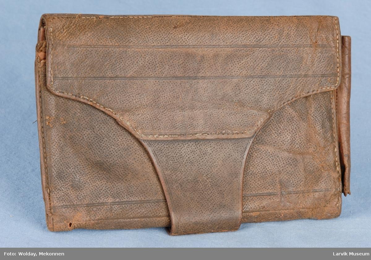 Form: Rektangulær med en klaff som går hele veien under og opp i et feste bak. kan brettes helt ut to lommer inni.