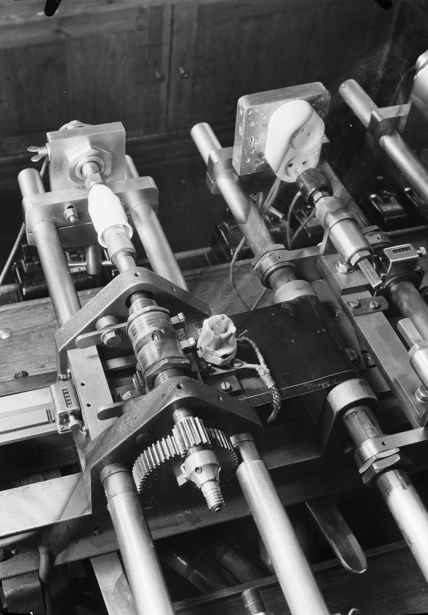 Fra virksomheten på Norges Elektriske Materiellkontroll, nå kalt Nemko. Institusjonen ble etablert i 1933 for obligatorisk sikkerhetstesting og godkjenning av elektrisk utstyr for tilkobling til det vanlige strømnettet. Fra virksomheten på Norges Elektriske Materiellkontroll, nå kalt Nemko. Institusjonen ble etablert i 1933 for obligatorisk sikkerhetstesting og godkjenning av elektrisk utstyr for tilkobling til det vanlige strømnettet.