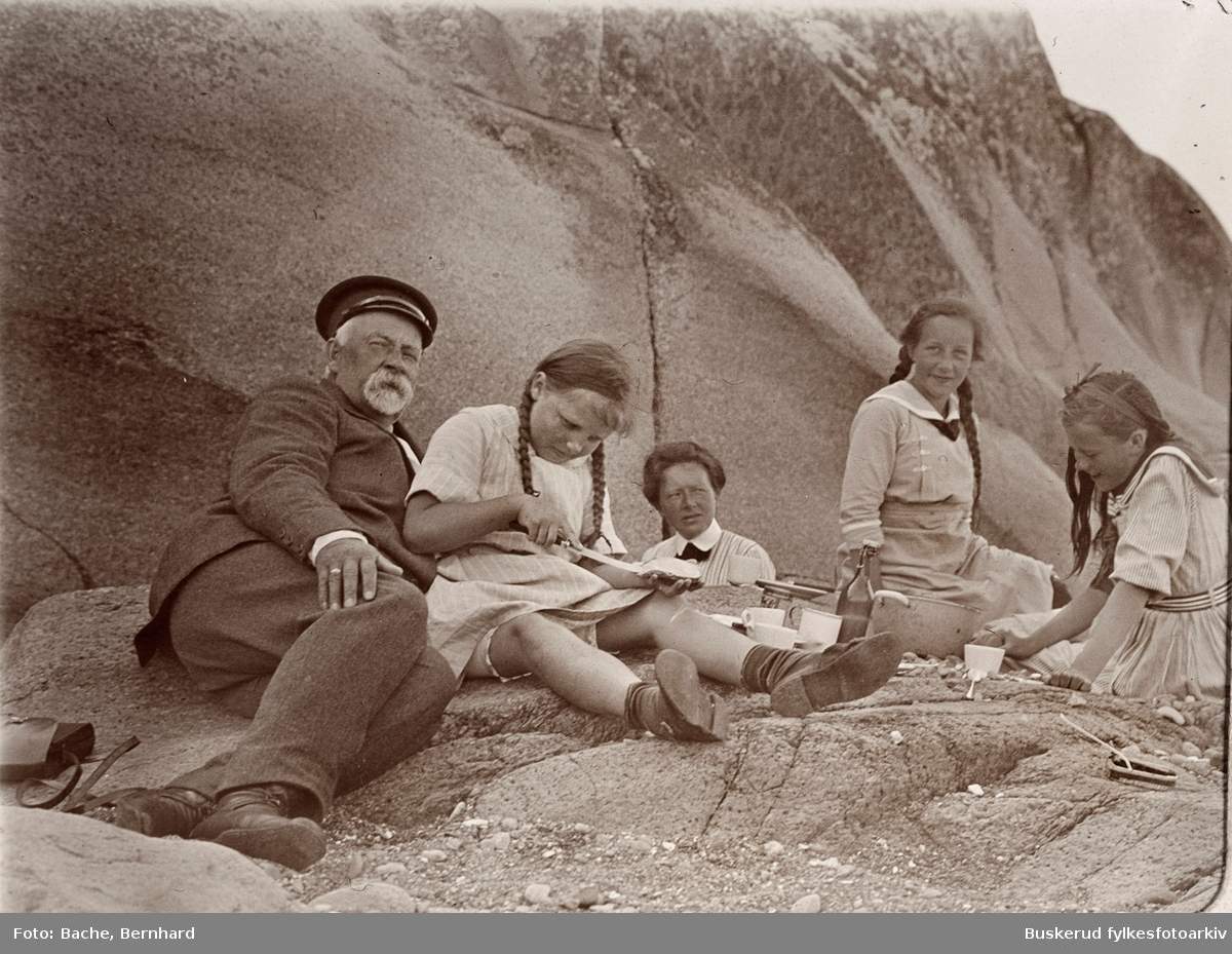 Bachfamilien ved landstedet på Tjøme Utflukt til Sandø i 1914