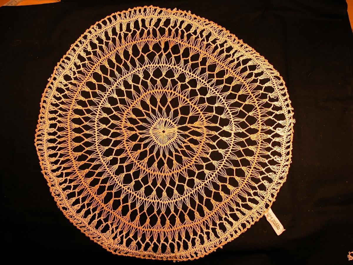 kvit sirkel i midten. Annakvar bord med beige og gulkvit rundt midten.