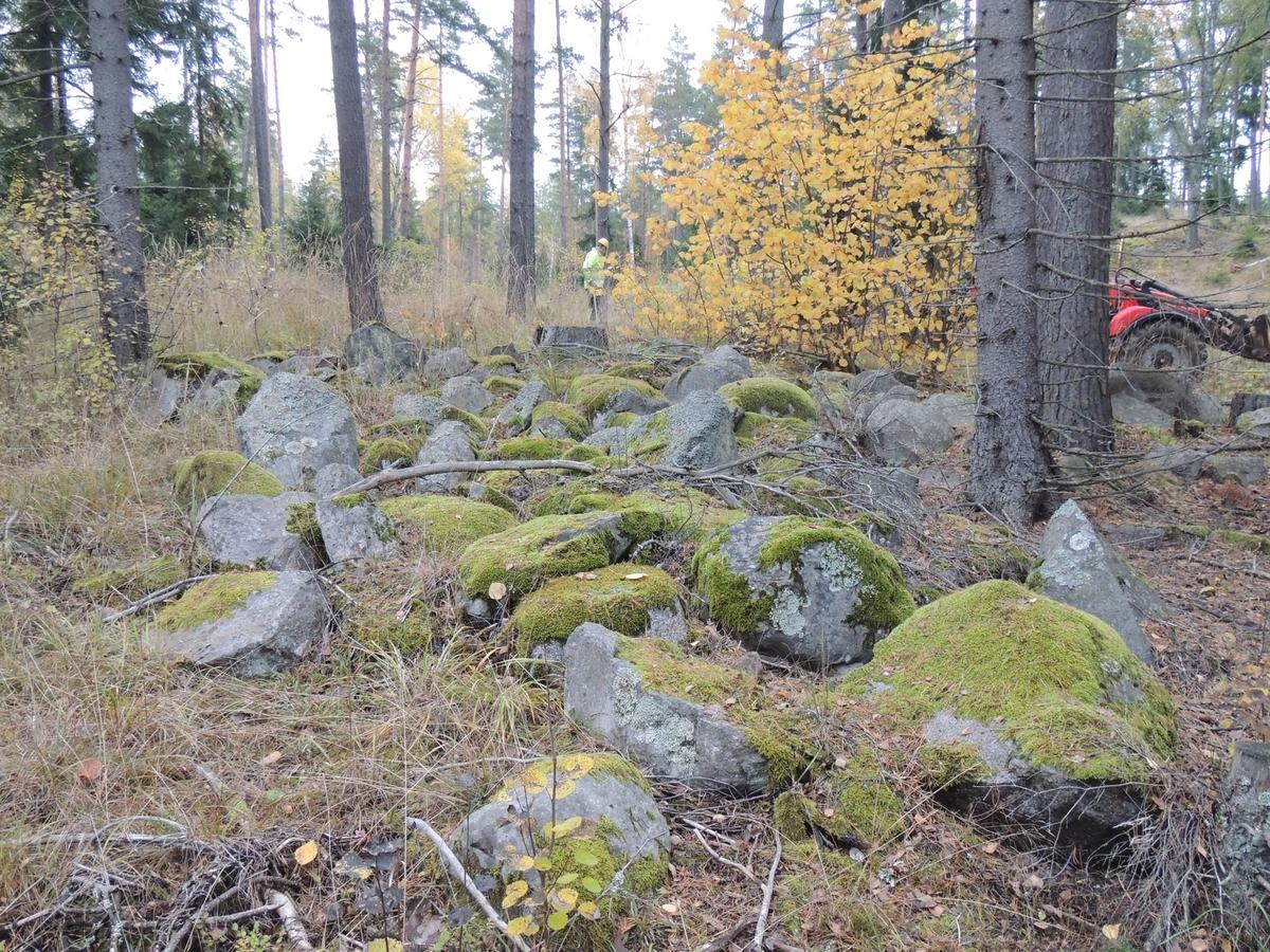Arkeologisk förundersökning, röjningsröse 7, Raä 169:1, Vrå, Knivsta socken, Uppland 2014