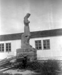 Nordre fløy av Soldatheimen med statuen i forgrunnen, i Lars