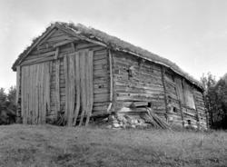Gammel uthusbygning på Duås, Osmarka, sett fra sørsida og ve