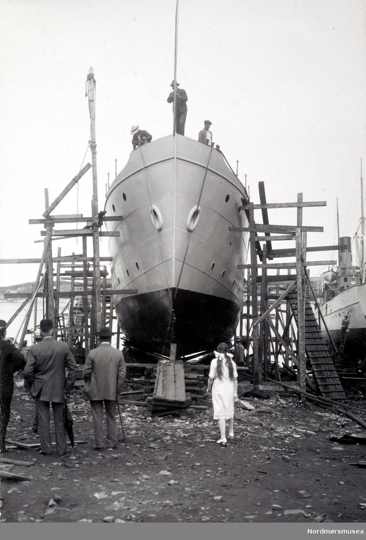 """Bildet viser D/S""""Lagatun"""" J. Storviks Mek. Verksted bnr.5 bygd for Frosta Dampskibsselskab A/S i Trondheim klar for dåp og sjøsetting i 1914 på Dahle ved Kristiansund.  Når dette skipet ble bygd ble alt til skipet produsert ved verkstedet til og med maskin og kjel og vinsjer. Skipet hadde følgende hoveddimensjoner: Loa 116`/Lpp 108,2`x B 19,2`x D 8,3` og en tonnasje på 179 bruttoregistertonn. D/S""""Lagatun"""" ble klinkbygget i stål og en 3-sylindret ekspansjonsdampmaskin på 242 ihk, med verkstedets produksjonsnr.9, og gjorde 10 knop. Den første fører av D/S""""Lagatun"""" var kaptein Grenne og ikke lenge etter ble Ole Wold fra Aure skipper. I 1939 ble det installert elektrisk annlegg om bord. I slutten av mars 1940 var det en del dramatikk da kaia i Vanvikan sviktet på grunn av stor belastning av reisende med fartøyet. Heldigvis ble ingen skadet. I november 1945 kolliderte D/S""""Lagatun"""" med en tysk motorbarkasse mellom Lofjord og Vågen. Barkassen sank, men de 30 tyskerne om bord ble reddet. I januar 1958 ble Frostad Dampskibsselskap A/S fusjonert med Fosen Trafikklag og gikk i samme rute. """"Lagatun ble tatt ut av ordinær rutedrift 23. mai 1958, men ble senere brukt som reservebåt, inntil den i 1962 ble solgt til A/S Bil & Maskin (A. Adolfsen) i Trondheim og rigget om til lekter og fjernet dampmaskinen. I 1963 ble den solgt til Jens Bye, Fevåg/Trondheim and omdøpt til """"Tambur"""" og brukt til trening ved eierens verft Frengen Slip & Motorverksted, Stjørna. Omgjort til bruk som fraktebåt i tillegg til andre formål og fikk en tonnasje på 164 bruttoregistertonn og en dødvekt på 210 tonn, og fikk installert ny Caterpillar dieselmotor på 245 bhk. Etter ombyggingen ble den i februar 1965 solgt til Ivar Grøtting, Åfjord som frakter med navnet """"Grøtting"""". Eier fra desember 1965 ble Jens Bye, Fevåg. Solgt i januar 1966 til Johan Hammer, Lysøysund og omdøpt til """"Tamburfjell"""" og gikk i frakt for Felleskjøpet i Trondheim. Solgt igjen i oktober 1983 til P/R Tamburfjell – Arvid J. Laastad, Grønn"""