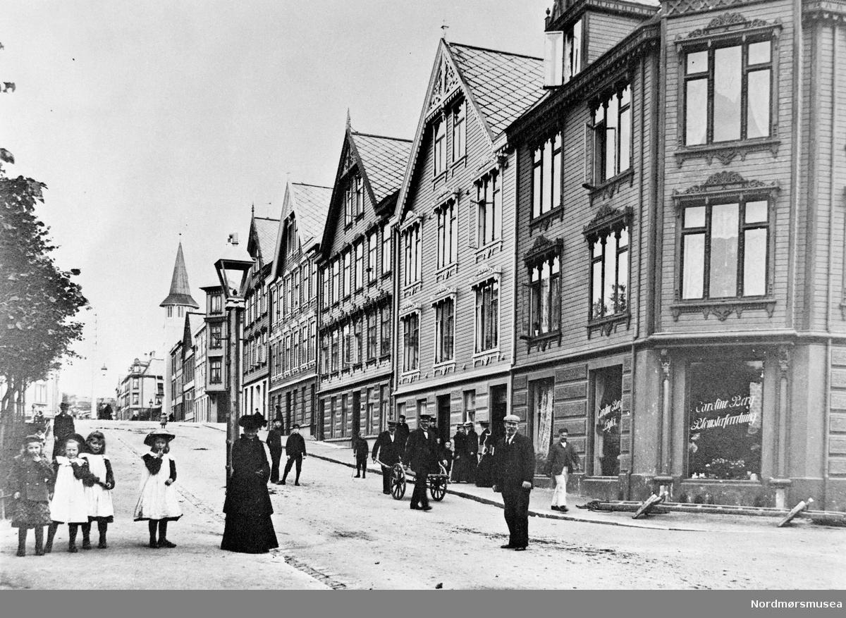 Foto fra Langveien, her sett fra Fasting-gården nær Skolegata. Fra Nordmøre museums fotosamlinger. EFR2015