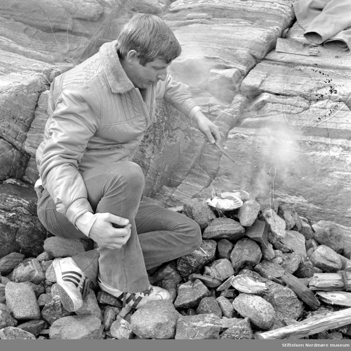 Fra en reportasje i Aftenposten om fiske mm. fra Vågen. Se brev 261/84, Arkiv nr. 44. Her ser vi fra tilberedingen av skjellene. Bildet er i serie med 1984/31:1 (KMb-1984-031.0001.jpg), og som er datert juni 1971. Fra Nordmøre Museums fotosamlinger.