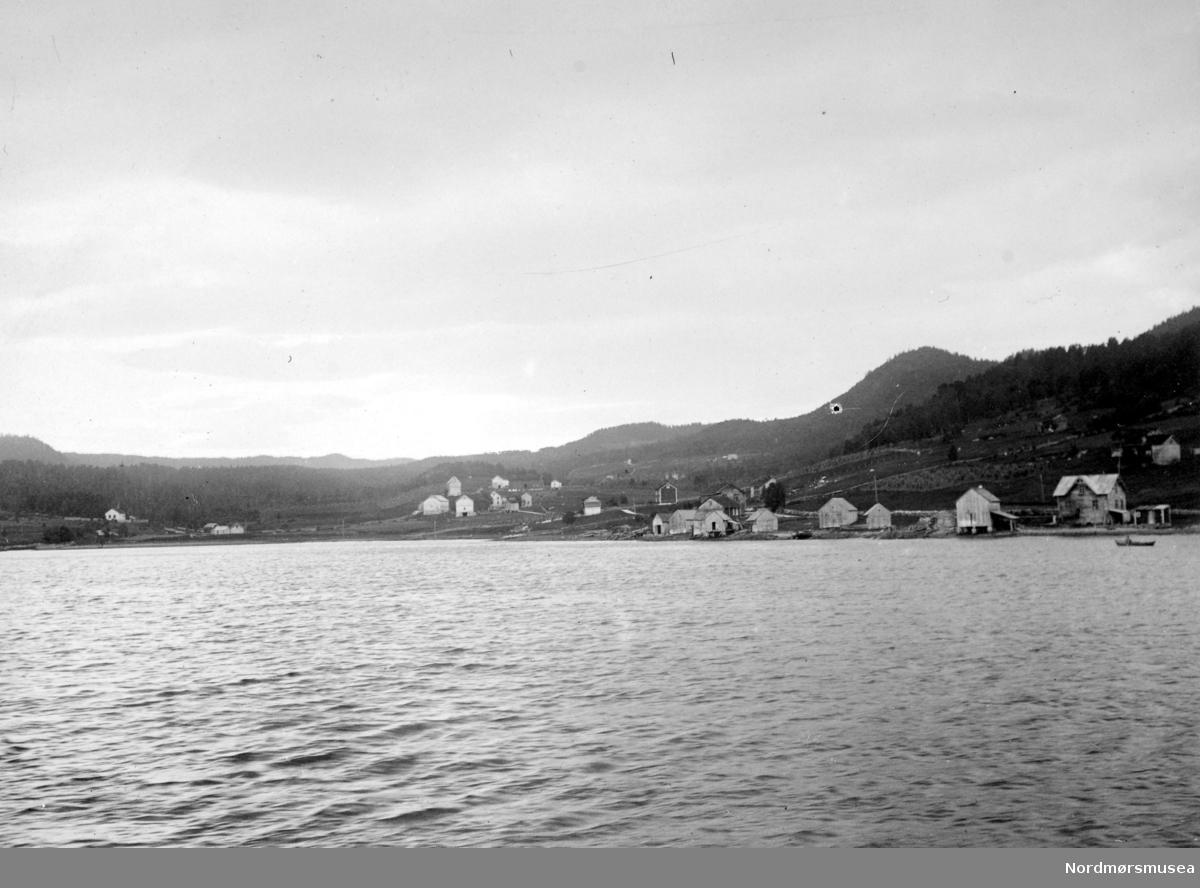 Foto fra ei bygd, trolig i Romsdalen eller på Nordmøre i Møre og Romsdal fylke. Datering er ukjent, men sannsynligvis omkring 1920 til 1939. Fotograf er trolig Georg Sverdrup. Fra Nordmøre museums fotosamlinger. /Reg:EFR2013/