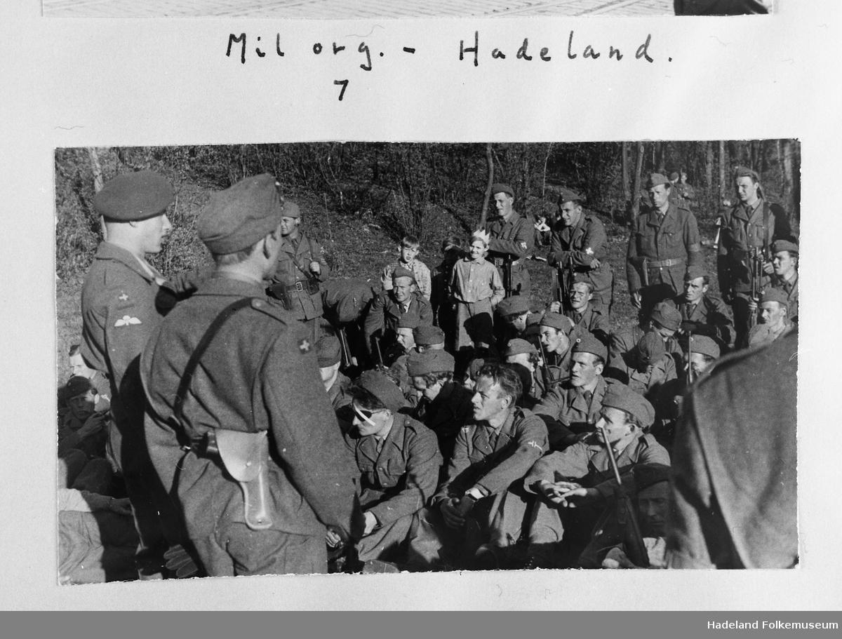 Soldatene blir informert av to befal. Milorg Hadeland