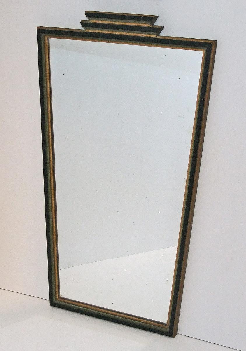 """Veggspeil med treramme. Speilet er """"pyntet"""" øverst.  Form:   grunnformen rektangulær"""