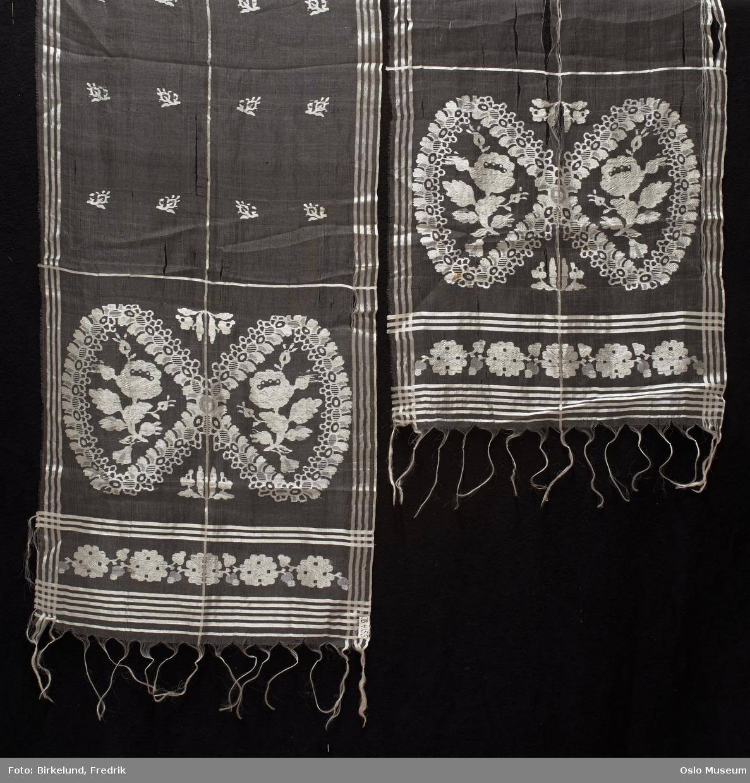 Langsjal i silkegas med innvevet mønster i form av blomster, frynser i endene.
