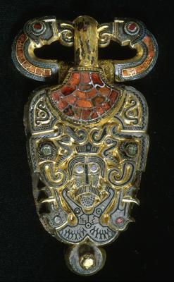 Beltespenne i gull besatt med glassteiner. Øverst ser man to ravneaktige figurer.. Foto/Photo