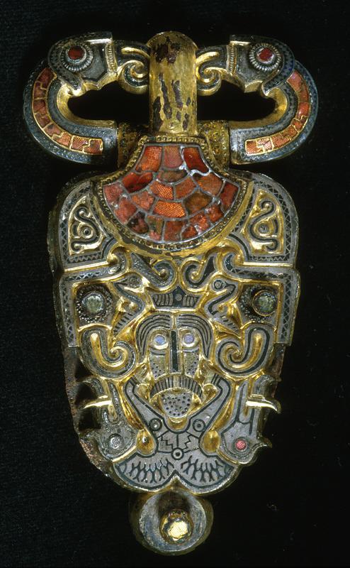 Beltespenne i gull besatt med glassteiner. Øverst ser man to ravneaktige figurer.