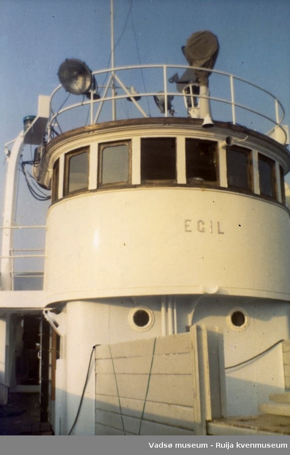 """Rorhuset på båten """"Egil"""", eid av Karl Gærnæ. Bildet er tatt rett etter pussing. Vestre Jakobselv, ca"""