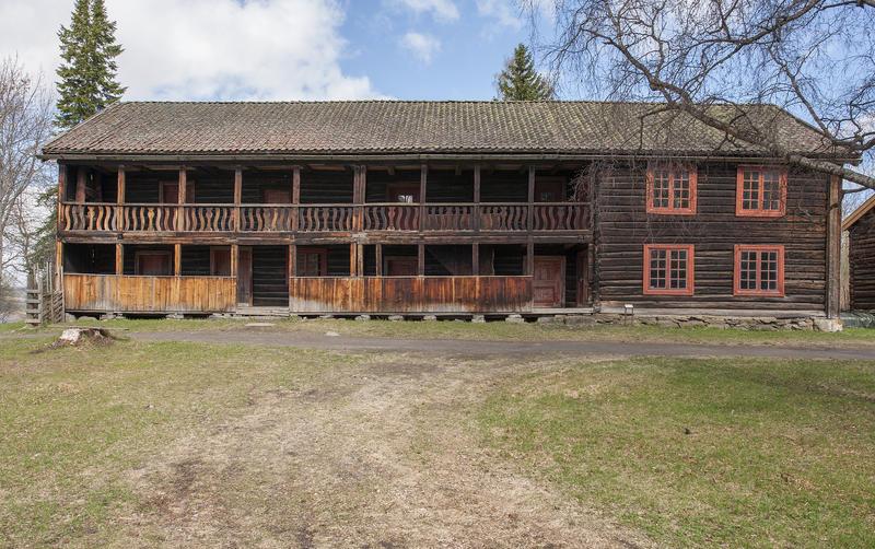 Hubredbygningen på Hedmarkstunet er en lang, brunlig tømmerbygning i to etasjer med svalgang langs hele langveggen. (Foto/Photo)