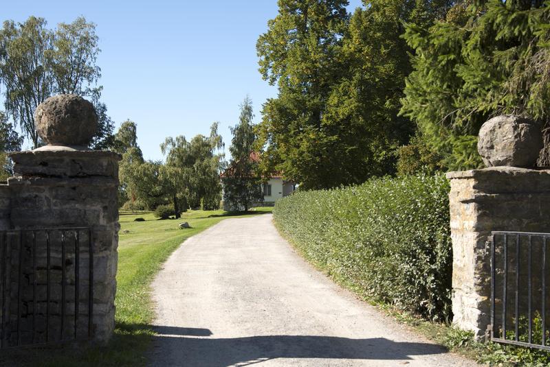 Enkleste adkomst til Storhamarstuene er via Storhamarporten nedenfor Urtehagen.