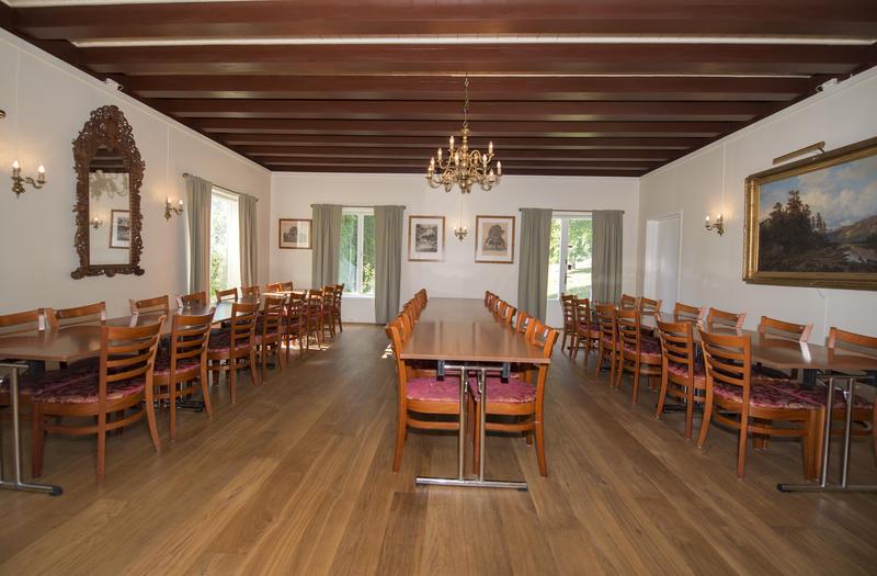 Spisesalen måler 7 x 7 meter og er utstyrt med sammenleggbare bord (mål: 120 x 80 cm) og polstrede stoler med høy rygg. Her kan man møblere som man selv ønsker, alt etter hvor mange man bli til bords og hva man foretrekker. (Foto/Photo)